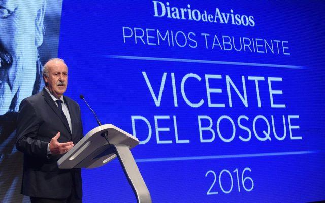 Vicente del Bosque en el escenario recogiendo su Premio Taburiente 2016 | Foto: Diario de Avisos