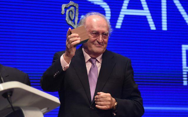 Santiago Puig en el escenario recogiendo su Premio Taburiente 2016 | Foto: Diario de Avisos