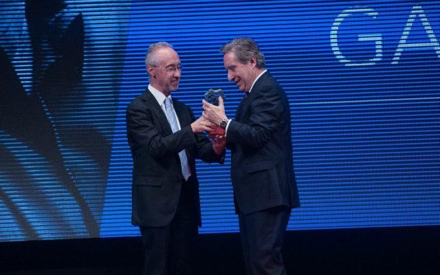 Iñaki Gabilondo en el escenario recogiendo su Premio Taburiente 2016 | Foto: Diario de Avisos