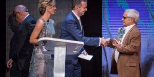 Juan Cruz en el escenario para recoger su Premio Taburiente 2017 | Foto: Andrés Gutiérrez