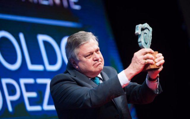 Leopoldo López Gil, padre de Leopoldo López, recoge el premio Taburiente en nombre de su hijo   Foto: Fran Pallero