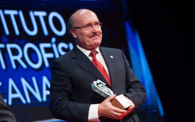 Rafael Rebolo, en representación del Instituto de Astrofísica de Canarias, recoge el Premio Taburiente 2017   Foto: Fran Pallero