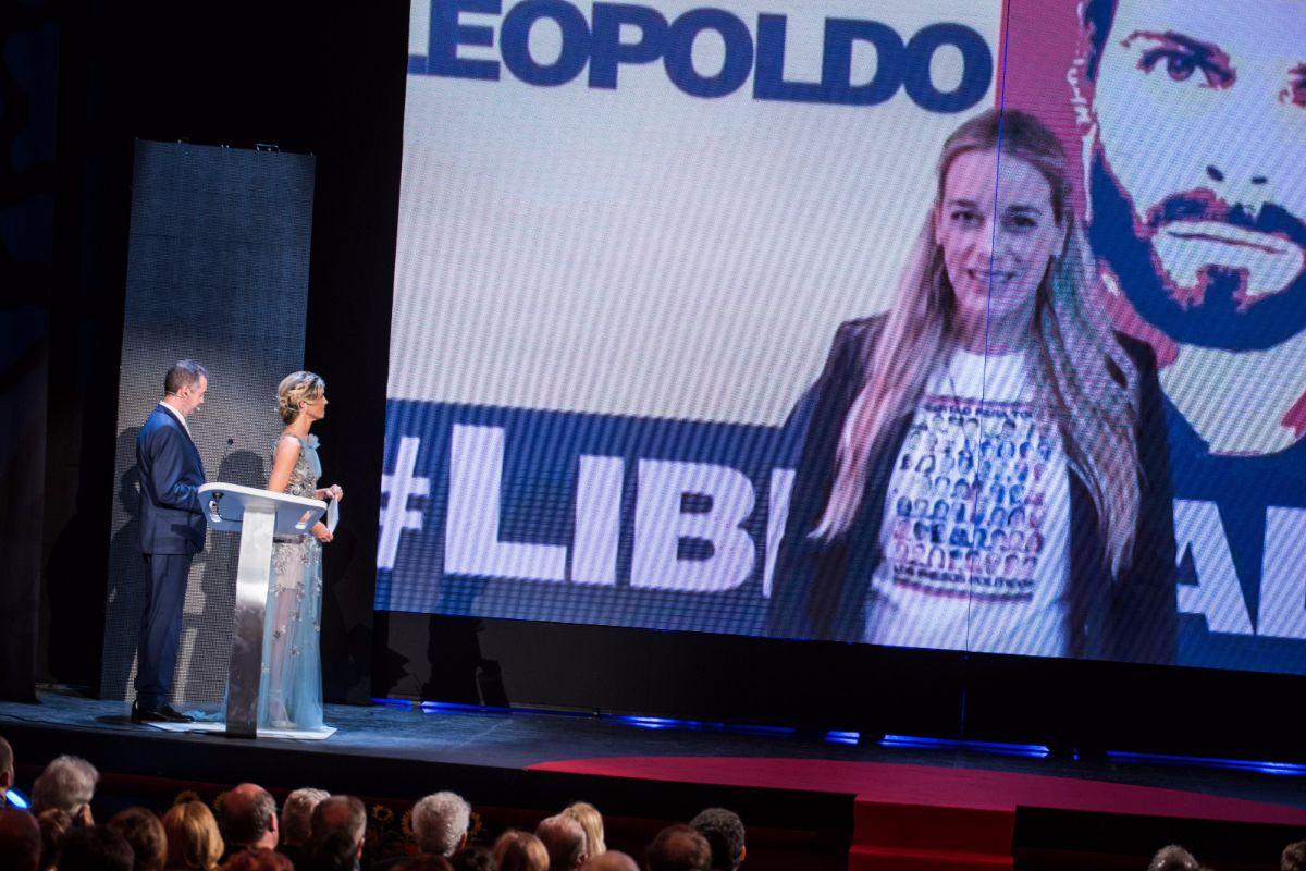 Leopoldo López Gil, padre de Leopoldo López, recoge el premio Taburiente en nombre de su hijo   Foto: Andrés Gutiérrez